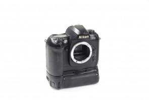 Nikon D100 6.1 MP DSLR CAMERA BODY+ Multi Function Battery
